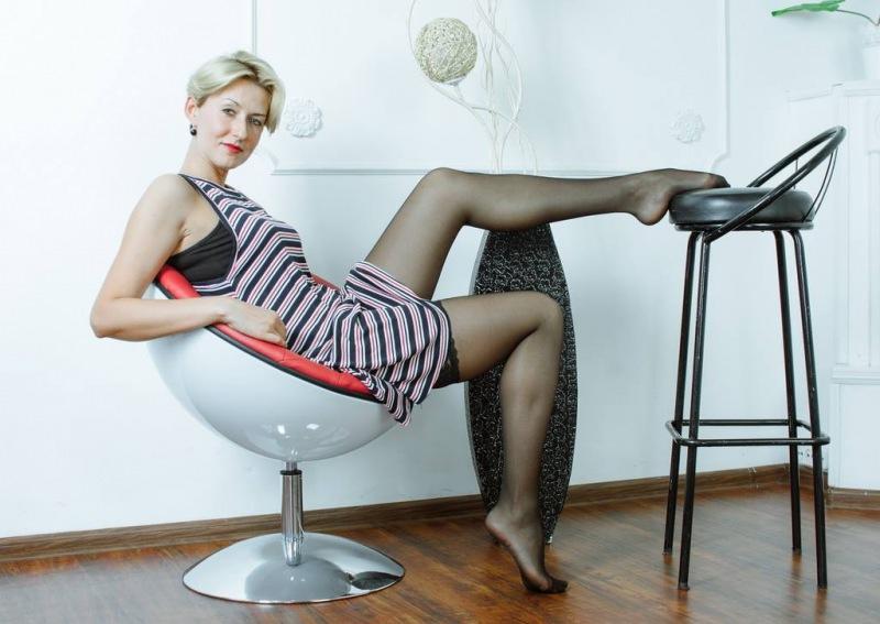 Bella donna gioca con lo sgabello