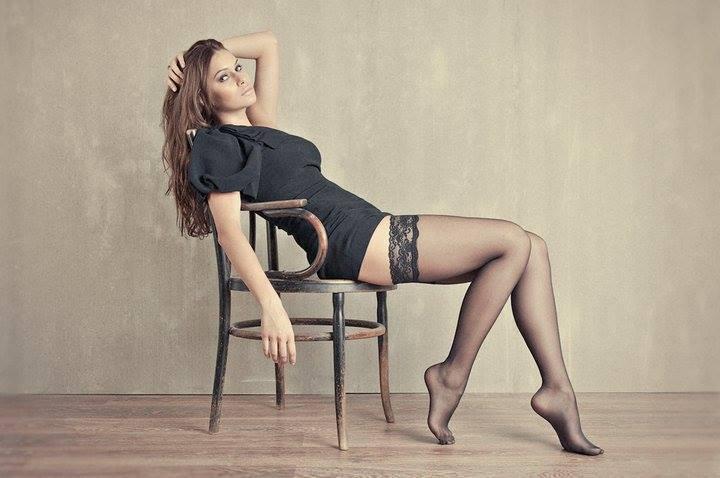 Gambe in mostra sulla sedia