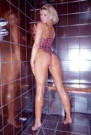 Jo Guest nella doccia