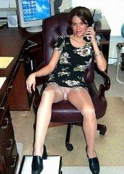 A gambe aperte sulla sedia del capo