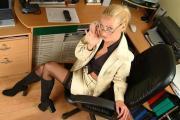 Autoreggenti e stivali in ufficio