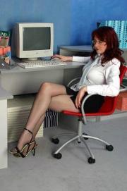 Collant e sandali in ufficio