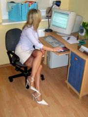 In ufficio con le calze di nylon