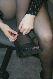 Si allaccia i sandali