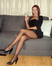 Belle gambe sul divano