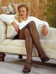 Minigonna, collant e sandali