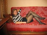 Sul divano in collant velati
