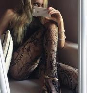 Alice con le calze a rete ricamate