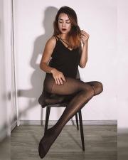 Gambe in posa sulla sedia