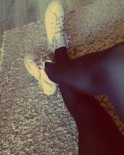 Collant neri e sneakers bianche