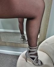 Miss luglio con sandali e collant