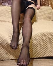 Piedi e gambe in autoreggenti nere