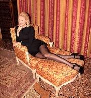 Helena in nero con le gambe stese