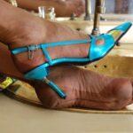 Sandali azzurri e calze di nylon