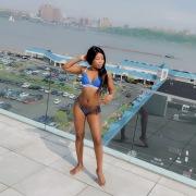 In bikini sul tetto