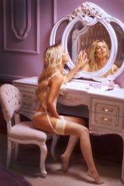 In lingerie allo specchio