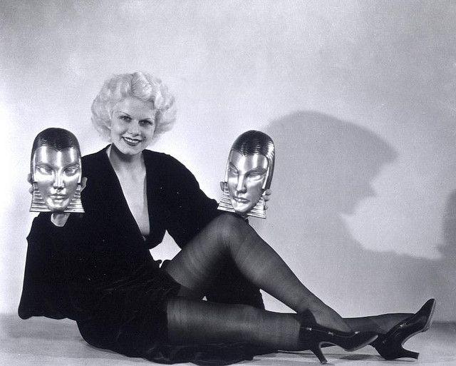 Jean Harlow con due maschere