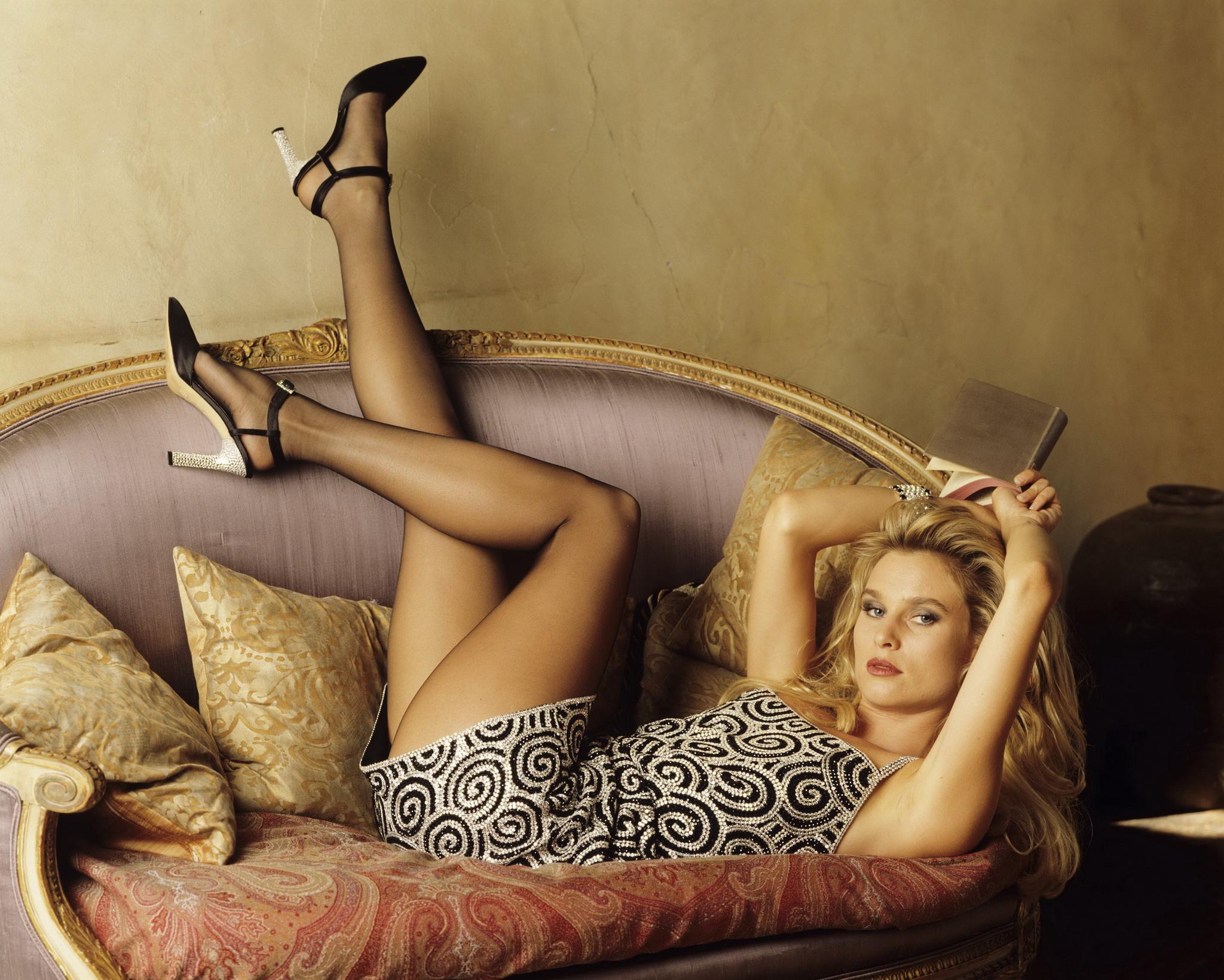 Nicollette Sheridan sul divano in collant neri