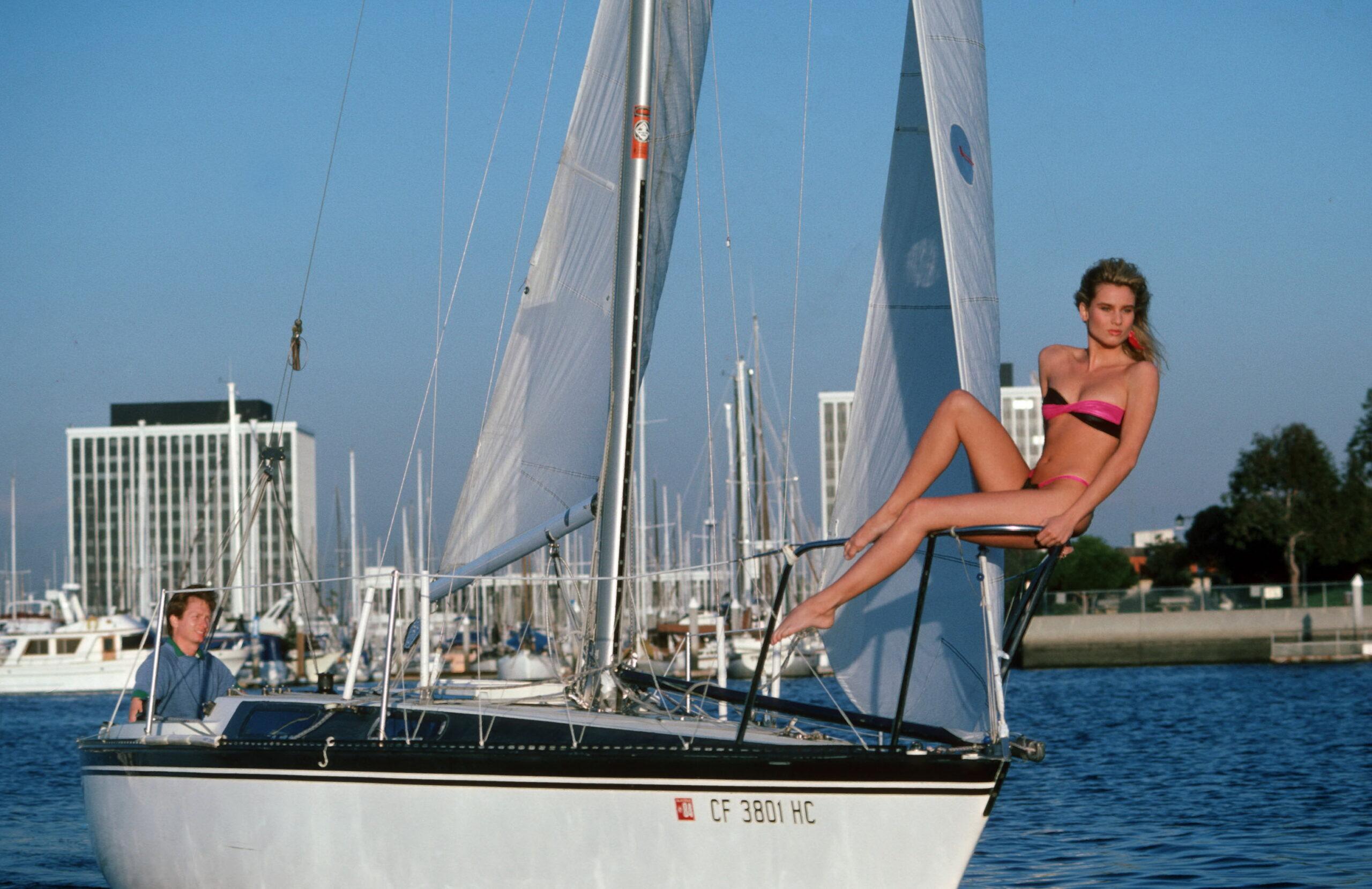 Grande donna su piccola barca