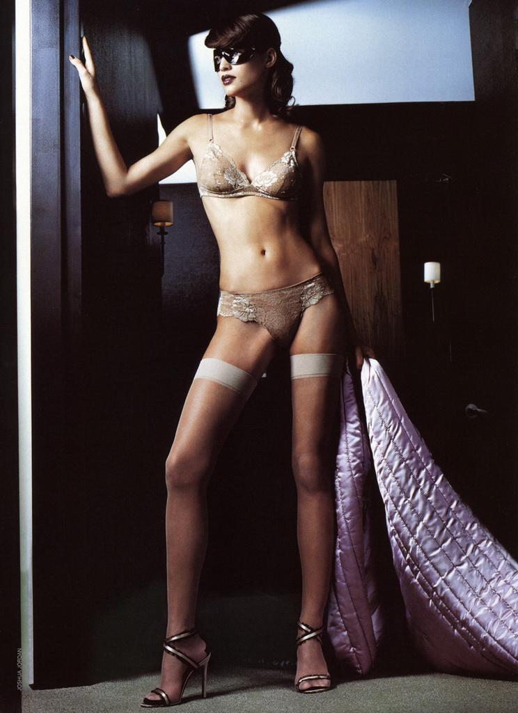 Daniela Urzi in lingerie e autoreggenti