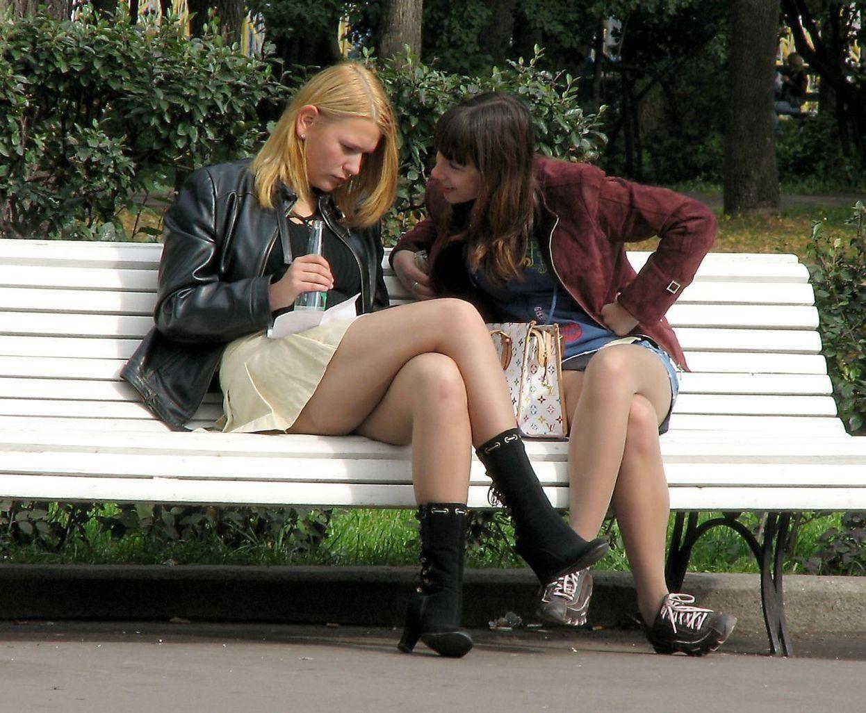 Due ragazze in panchina