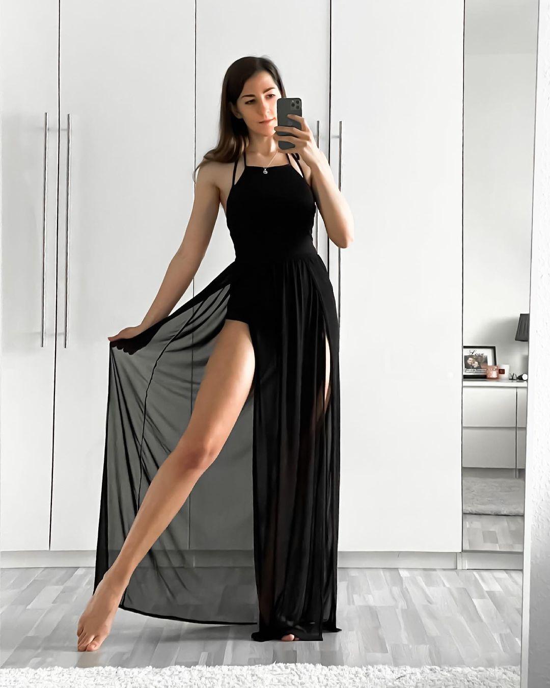 Miss luglio nella posa Angelina