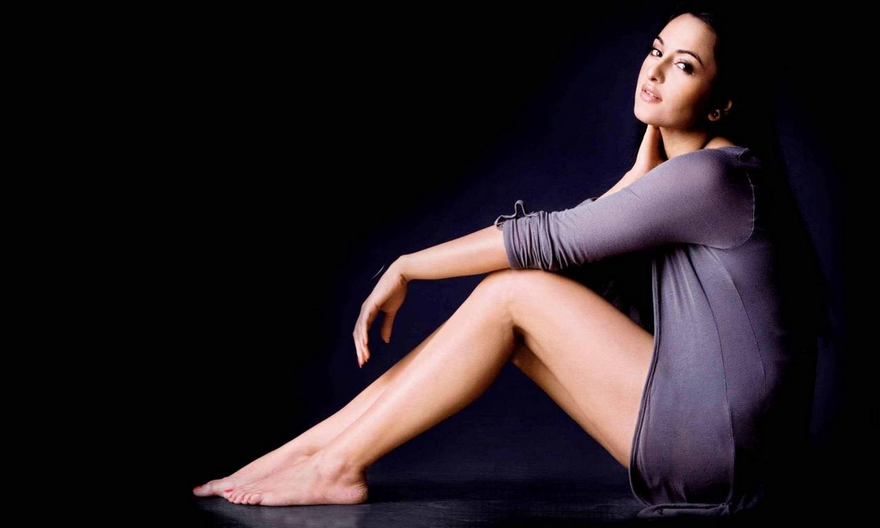 le gambe della star Sonakshi Sinha